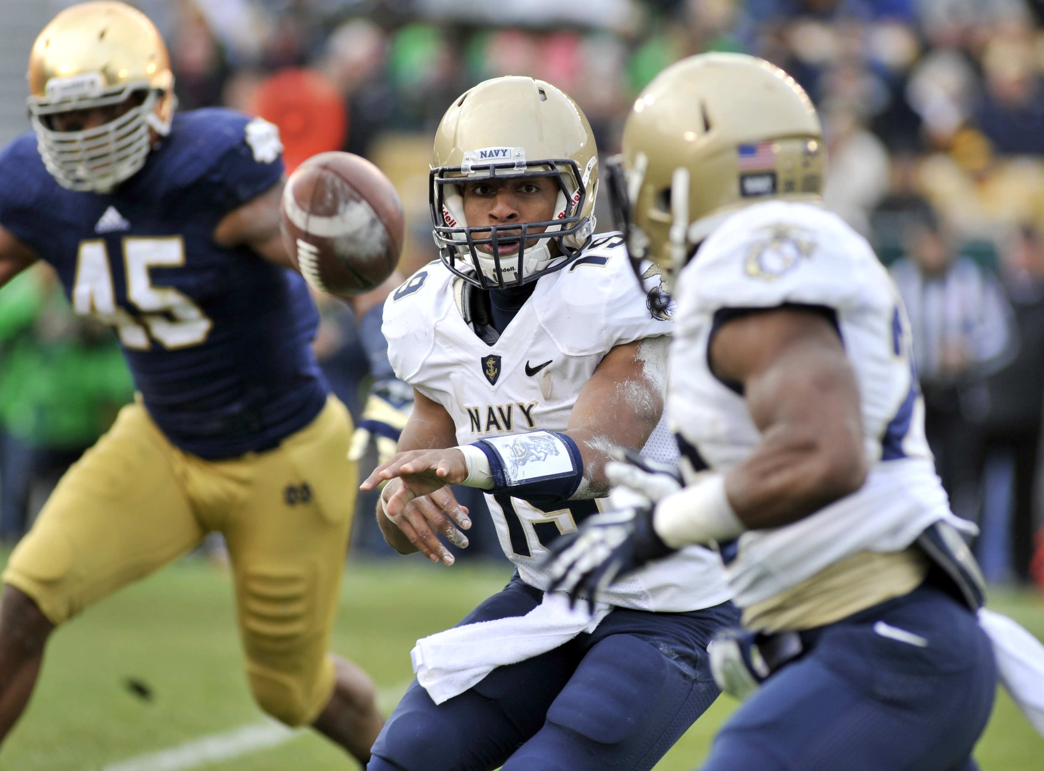 Navy quarterback Keenan Reynolds pitches the the ball during a NCAA college football game against Notre Dame, Saturday, Nov. 2, 2013, in South Bend, Ind. (AP Photo/Joe Raymond)