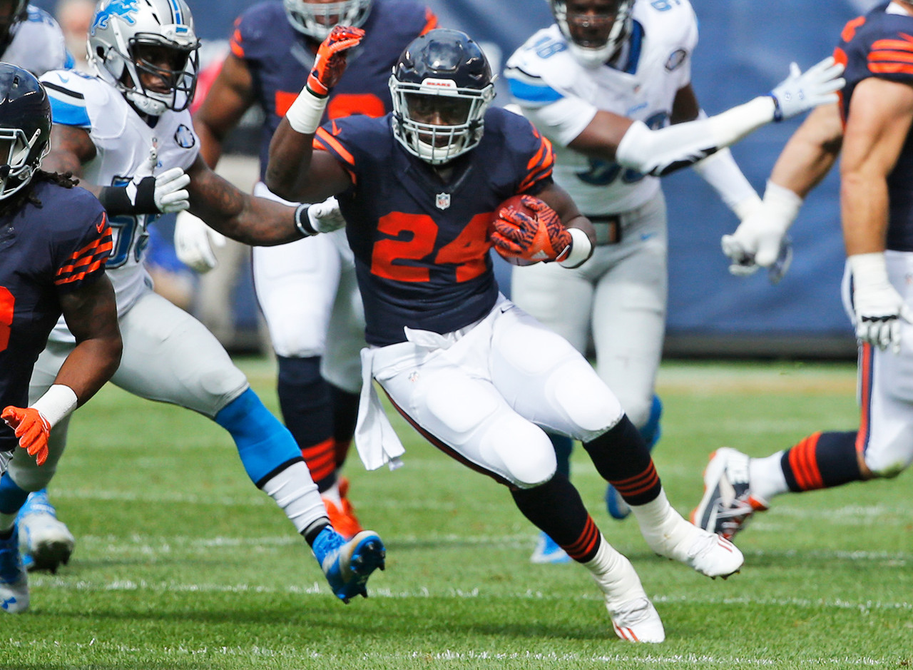 Howard nailed his first full audition for the featured back role in Chicago, taking his 23 carries for 111 rushing yards (4.83 ypc) and adding 21 receiving yards on three catches. With Jeremy Langford on the shelf for several more weeks, it appears Howard will have a sizeable weekly workload fantasy owners can rely on. While Howard's 23 carries on Sunday are three more than Langford's career-high, Howard has more career 100-rushing yard games than Langford and has averaged 4.8-plus yards per carry three times in three career games, something Langford has done just twice. These are tiny sample sizes so we need not draw conclusions that are to be written in stone, but it sure looks like Howard will not only see a heavy workload, but be able to produce on those touches as well. FAAB suggestion: 30 percent.