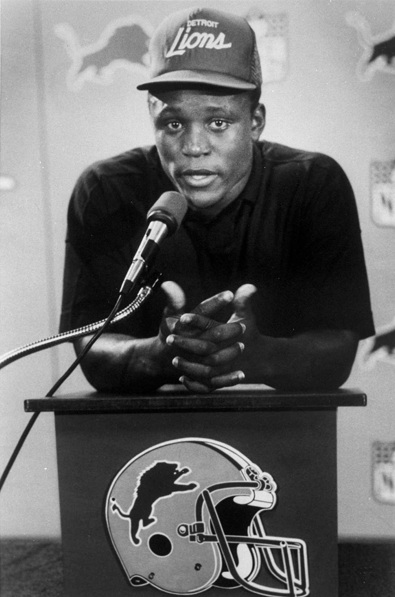 "Oklahoma State running back and 1988 Heisman Trophy winner <a href=""http://www.nfl.com/player/barrysanders/2502817/profile"">Barry Sanders</a> appears during a news conference after signing his first NFL contract at the Pontiac Silverdome in Pontiac, Mich., in 1989. Sanders was the <a href=""http://www.nfl.com/teams/profile?team=DET"">Detroit Lions'</a> first-round draft pick in the 1989 NFL Draft."