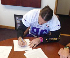 Minnesota Vikings defensive end Brian Robison signs his four-year extension Wednesday. (@Vikings/Twitter)