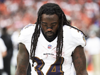Free-agent RB Alex Collins suffers broken leg thumbnail