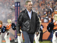 Mike Shanahan attends Broncos training camp thumbnail