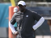Flores makes Dolphins players run for sloppy practice thumbnail