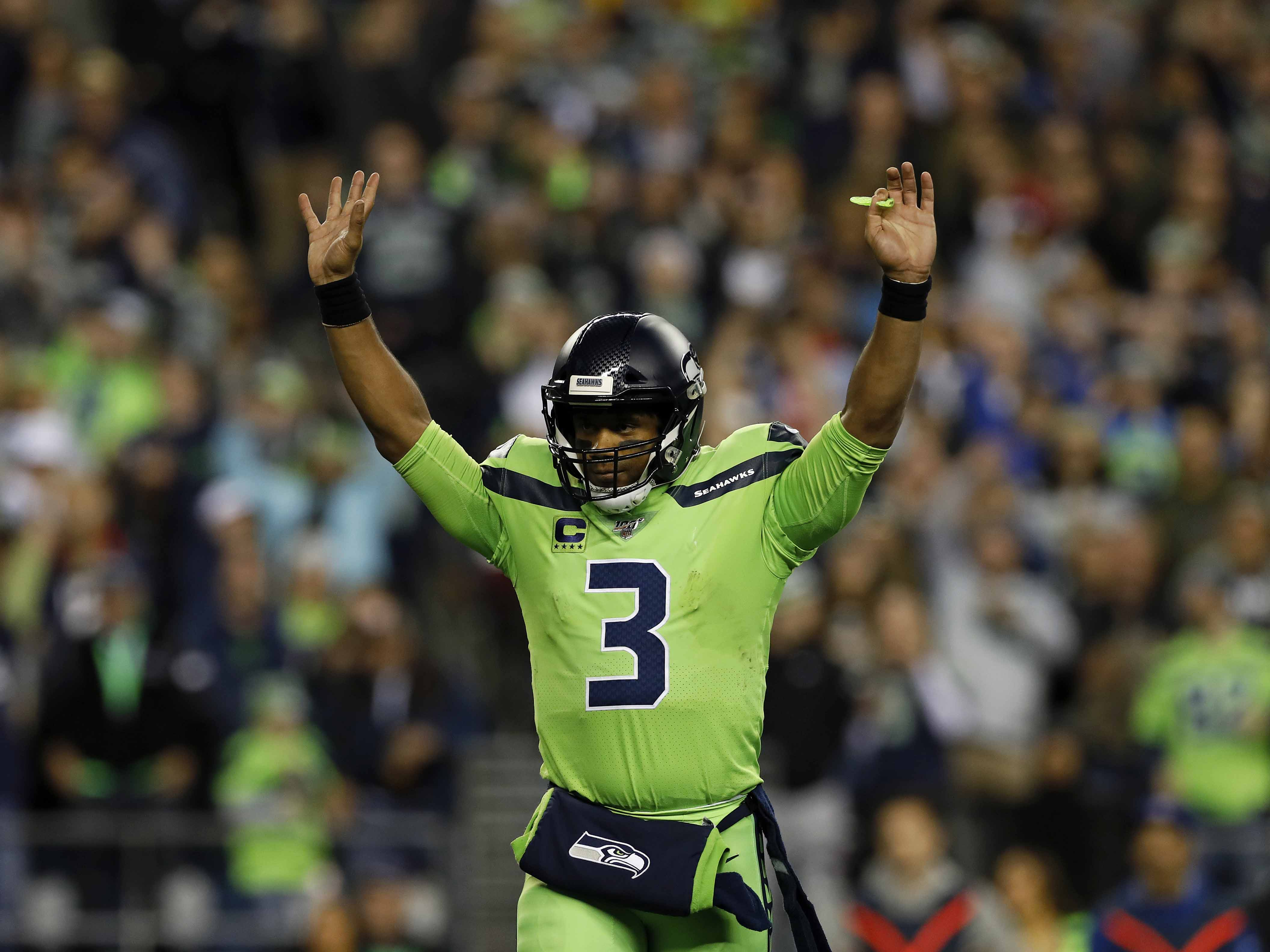 Russell Wilson Tyler Lockett Connect On Improbable Td Nfl Com