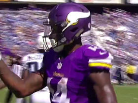 Stefon Diggs makes 33-yard basket catch