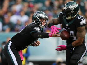 Watch: Eagles botch handoff, Vikings recover