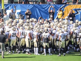 Watch: Drew Brees' pregame huddle at Chargers