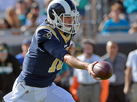 Watch: Goff fields bad snap, shovels to Everett for TD