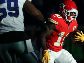 Andy Reid shows off playbook, gives Tyreek Hill a nifty reverse