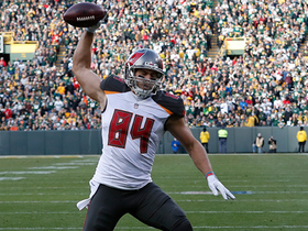 Cameron Brate reaches up with one hand to catch 28-yard TD