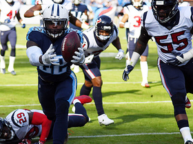 Derrick Henry shows off his strength with multiple stiff arms