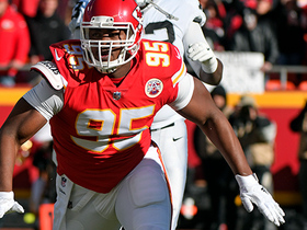 Chris Jones overpowers blockers, halts Raiders on third-and-1