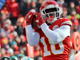 Tyreek Hill makes perfect adjustment on 33-yard reception