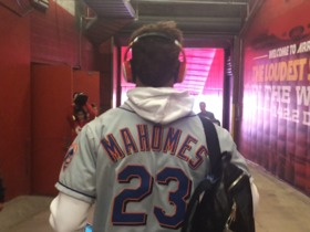 Watch: Patrick Mahomes arrives wearing his dad's Mets jersey