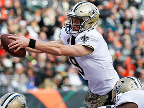Watch: Brees leaps over the pile for goal-line TD