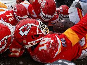 Watch: Tyreek Hill slides straight into photographers on short TD grab