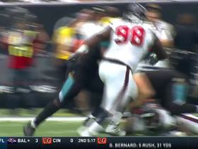 Leonard Fournette cuts through defenders for 6 yards