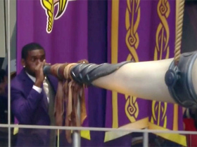 Randy Moss blows Vikings' horn to open game
