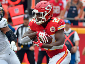 Kareem Hunt makes Eagles defenders miss for 16-yard gain