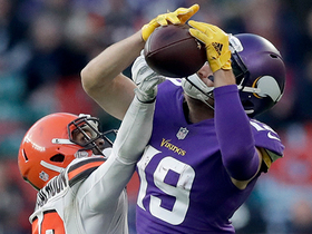 Adam Thielen makes falling catch for 25-yard gain
