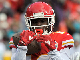 Tyreek Hill makes 52-yard catch amid three Dolphins defenders