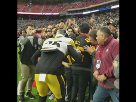 Le'Veon Bell signs autographs for fans before Christmas Day game