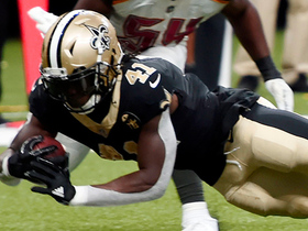 Alvin Kamara sneaks between defenders for TD catch