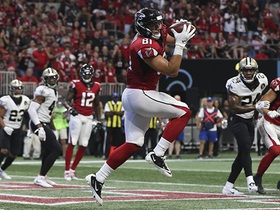 Austin Hooper jumps to catch two-point conversion from Matt Ryan
