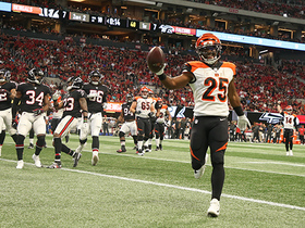 Giovani Bernard sidesteps Falcons defenders for 10-yard TD