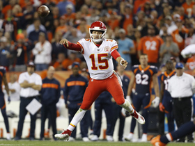 Mahomes escapes pressure for 24-yard pass to Harris