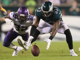 Nigel Bradham jumps on errant lateral to recover for Eagles