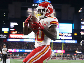 Tyreek Hill streaks to back corner for TD catch