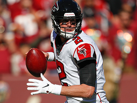 Matt Ryan swings pass outside to Tevin Coleman for TD