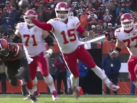 Mahomes' unusual diving throw results in 16-yard gain