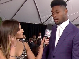 JuJu unveils pizza-themed suit on NFL Honors red carpet